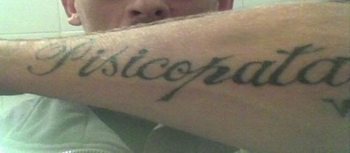Imagina a frustação desse rapaz ao ver que sua tatuagem estava escrita errada