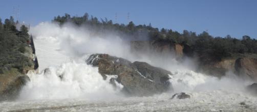 Represa de Oroville, tras la falla de uno de sus desagües.