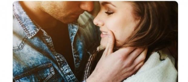 Ao jogar os cabelos enquanto sorri, a mulher estará deixando um homem apaixonado