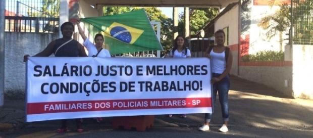 Foto: Mulheres de policiais fizeram ato em frente a batalhão da PM em Guarulhos (Foto: Kleber Tomaz/G1)