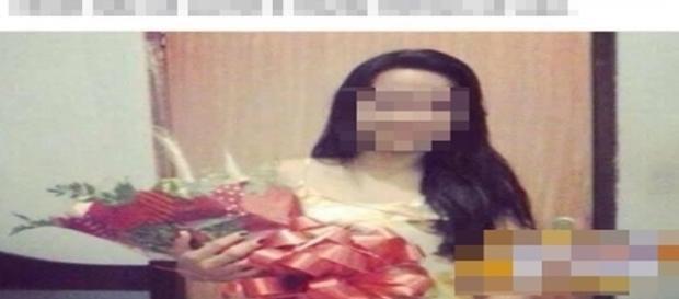 Mulher reclama de bouquet de flores recebido por admirador secreto.
