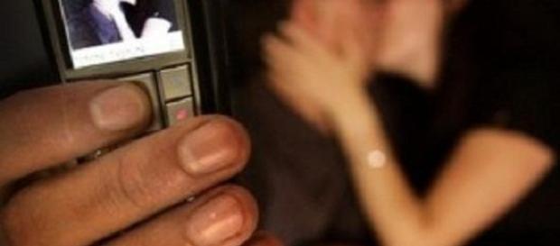 Video 'piccante' diventa virale: ragazzina minacciata