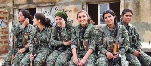 Un gruppo di combattenti kurde durante la liberazione di Kobane