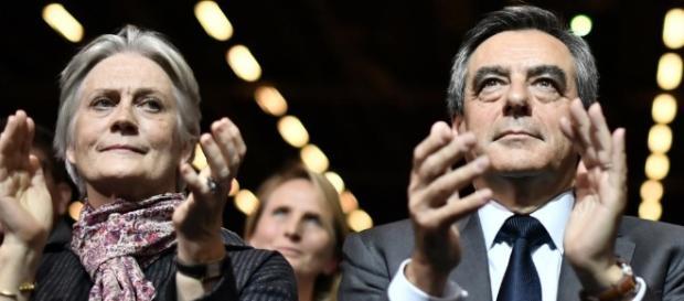 Francois Fillon et Penelope applaudissent