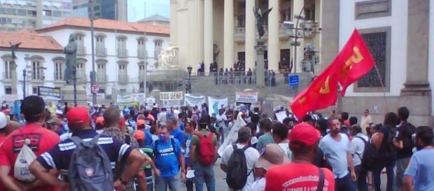 Manifestantes ocupam a rua Primeiro de Março, no Centro do Rio, em frente à Alerj. (Foto: José Moutinho)