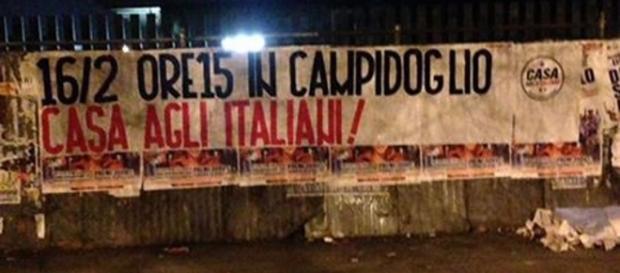 """Uno degli striscioni affissi dal coordinamento """"Casa agli italiani"""" nei quartieri romani."""