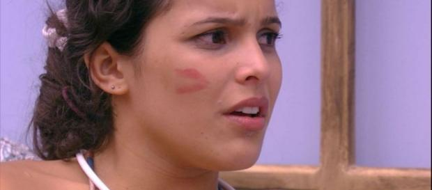 Emilly choca ao revelar o que sente por Marcos.