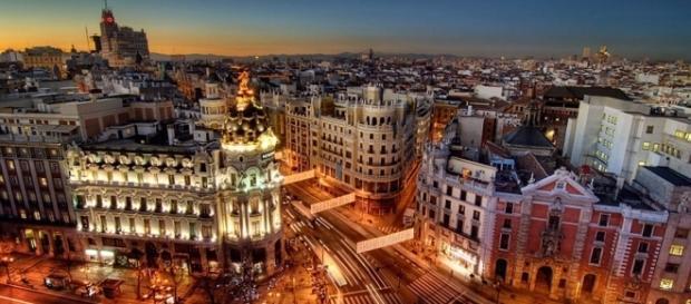 Esta es una foto de noche de Madrid.