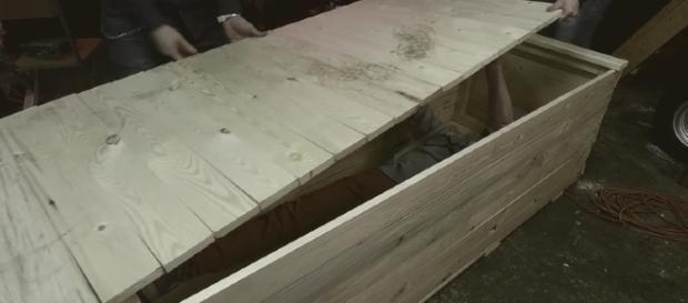 Um dia dentro de uma caixão que ele mesmo construiu
