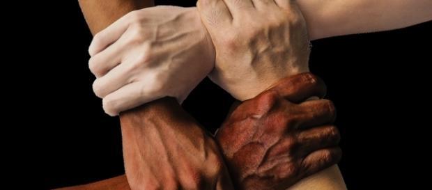 Jesteśmy ludźmi mimo odmiennego koloru skóry (fot. pixabay.com)