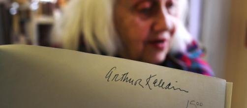 A assinatura de Arthur Kaledin permanece num livro sobre casas em Back Bay, em Boston. O Barrow Book Store está vendendo o livro