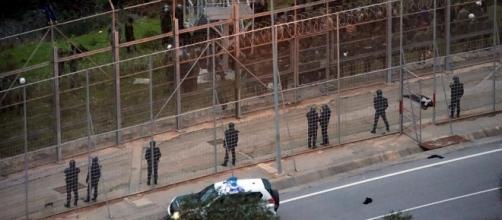 migranti sfidano il blocco della polizia al confine esterno tra Marocco e Spagna
