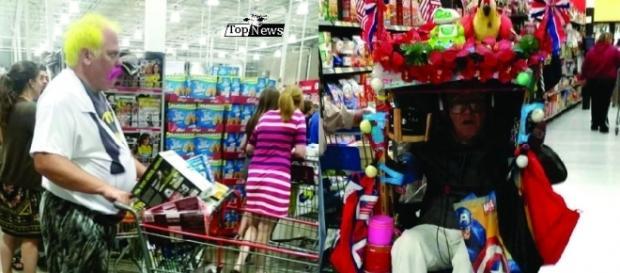 Cinco pessoas vestida esquisitas para fazer compras