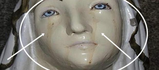 """Estátua de uma santa, """"chorando sangue""""."""