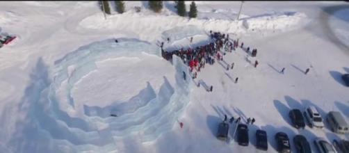 Vista aérea que nos muestra cómo las personas visitan el lugar.