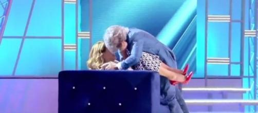 Domenica Live: Barbara D'Urso baciata in bocca in diretta.