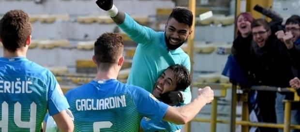 Jogador brasileiro correu para o abraço após seu primeiro gol