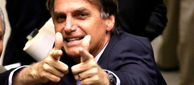O deputado Jair Bolsonaro foi defendido na sessão de comentários e o autor da coluna, rebatido.