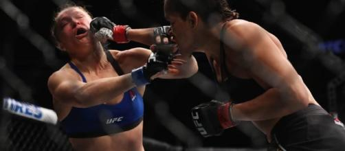 Amanda Leoa derrotou a favorita Ronda Rousey em apenas 48 segundos no UFC 207