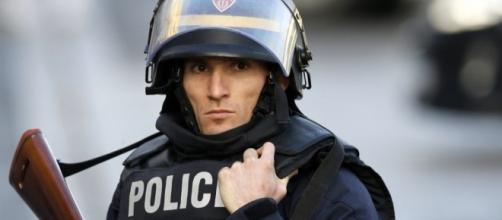 Attacco al Louvre: uomo aggredisce militare, quest'ultimo apre il fuoco. Fermati due uomini.