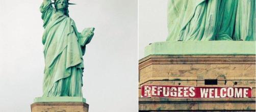 Striscione alla base della Statua della Libertà
