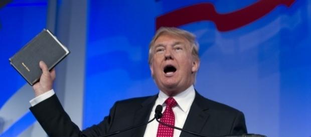 Trump em um de seus discursos eleitorais, pautando sua candidatura nas Sagradas Escrituras.