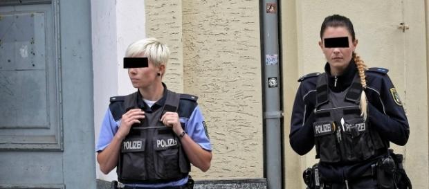 Zwei Polizeibeamtinnen vor der Wohnung der beiden Angeklagten kurz nach dem Fund der Leiche (Quelle: Pressefoto-Copyright Lutz Sebastian | mz-web.de