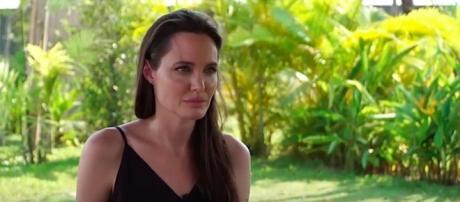 Angelina Jolie in lacrime parla del divorzio con Brad Pitt