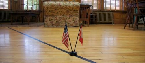 Las banderas situadas sobre la línea marcan los límites de la frontera