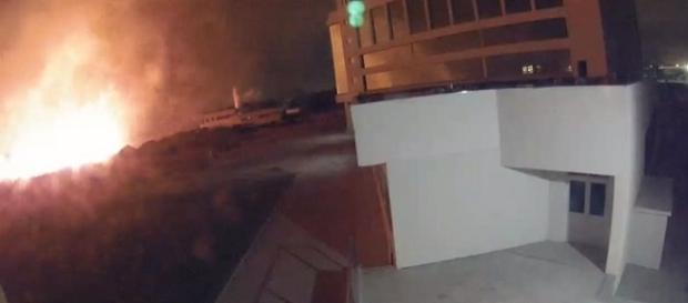 Câmeras de segurança do CT do Fluminense mostram incêndio na Barra (Foto: Reprodução/Globoesporte)