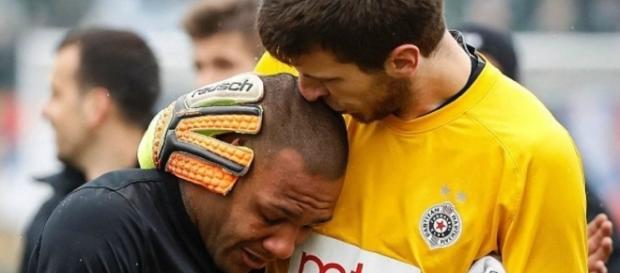 Everton Luiz é confortado pelo goleiro rival