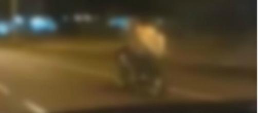 Casal circulava de moto quando foi apanhado
