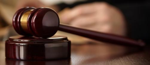 Il processo dura 20 anni ed il reato dello stupratore cade in prescrizione.
