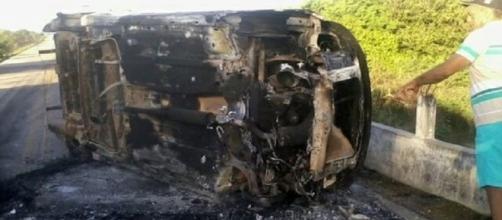 Quadrilha ateia fogo em carro para evitar perseguição policial