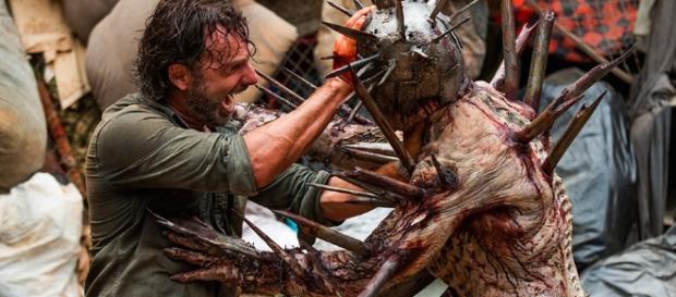 Cena de The Walking Dead, em que Rick enfrenta o zumbi Wislow