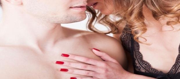 Falar ao pé do ouvido de um homem é um truque irresistível.