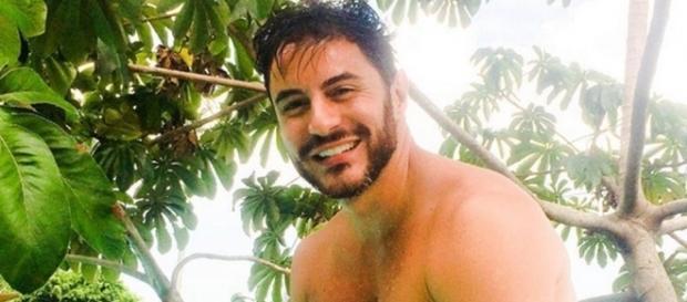 Ricardo Tozzi posando sem camisa para a foto. (Foto: Divulgação)