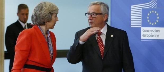 Theresa May (premierul Marii Britanii) și Jean-Claude Juncker (președintele Comisiei Europene)
