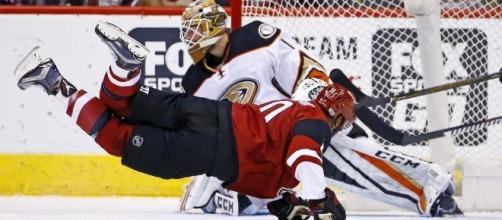 Arizona wins 3 goals to 2 over Anaheim (Blasting News library),