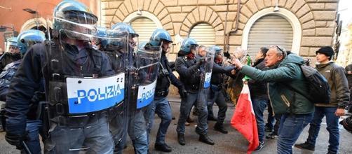 La polizia in tenuta antisommossa durante la manifestazione