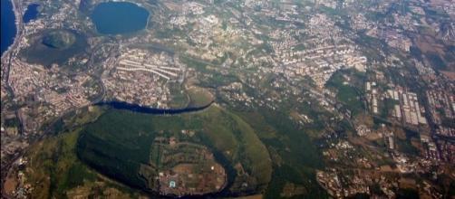 Un particolare dei Campi Flegrei, con il Monte Nuovo e l'enorme agglomerato urbano che racchiude.