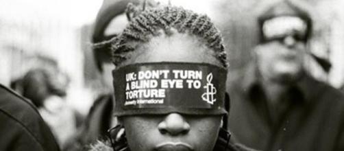 Una immagine simbolo che rappresenta la violazione dei diritti umani