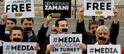 Una manifestazione di protesta in favore della libertà di stampa