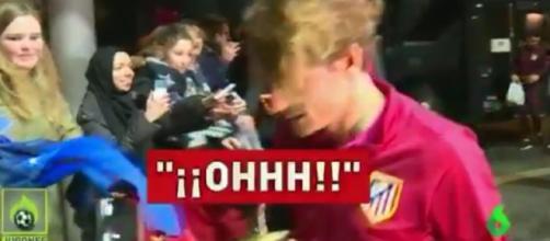 Antoine Griezmann recale une fan à Leverkusen