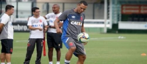Luis Fabiano tem chance de estrear contra o Flamengo (Foto: Paulo Fernandes)
