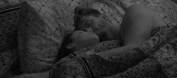 Em noite quente, Emilly e Marcos movimentam edredom durante a madrugada