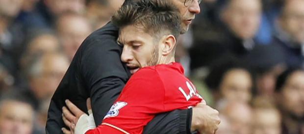 Lallana abraça técnico Jurgen Klopp em partida do Liverpool pelo Campeonato Inglês (via Reuters)