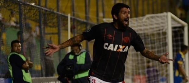 No sufoco, Atlético-PR faz 1 a 0 no Capiatá e chega à fase de grupos