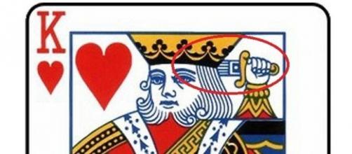 O rei de copas esconde algo oculto em sua representação