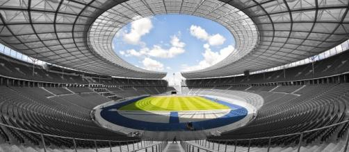 Stadio di calcio con tribune coperte